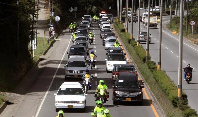 Una caravana de carros fúnebres lleva los cuerpos de los 64 brasileños fallecidos hasta la base militar de Rionegro./EFE