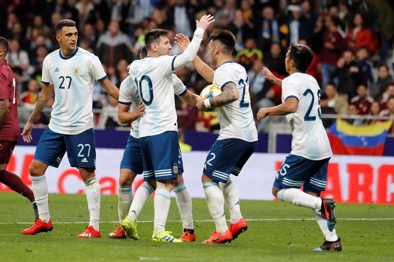 El delantero de la selección de Argentina Lautaro Martínez (2d) celebra su gol, primero del equipo ante Venezuela, durante el encuentro amistoso que disputan esta noche en el estadio Wanda Metropolitano, en Madrid/ Foto: EFE