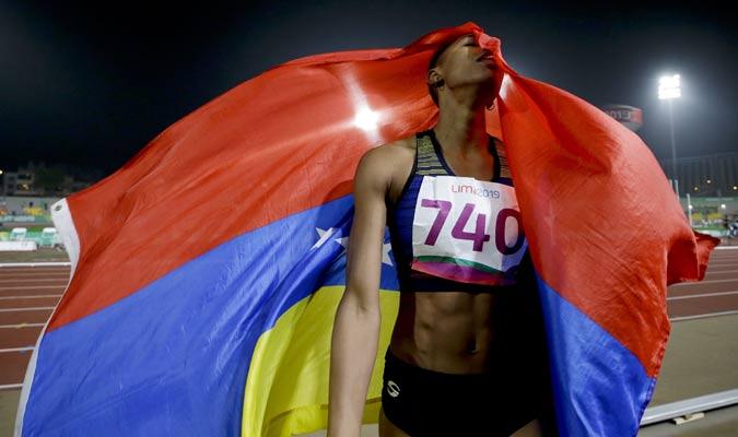 la venezolana celebró con la bandera criolla / Foto: AP