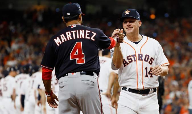 Dave Martinez y A.J. Hinch se saludaron antes de comenzar el encuentro/ Foto AP