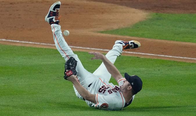 Verlander se pegó la pelota cuando trató de sacar un out en primera / Foto AP