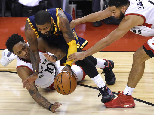 La defensa de Toronto no logró frenar a Irving /Foto AP