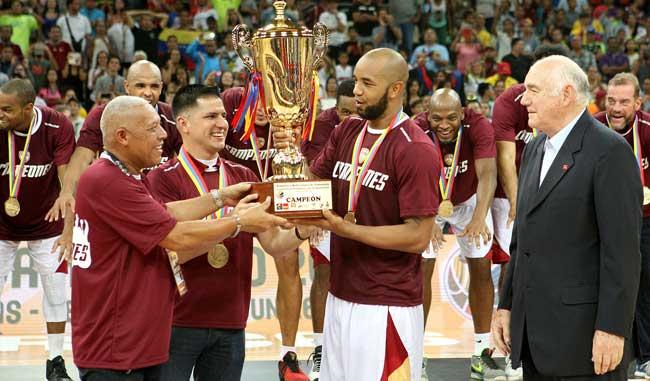 Vargas recibe el trofeo de campeón / Foto AVS Photo Report