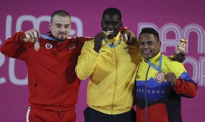 Vallenilla posó junto a los otros dos medallistas / Foto: AP