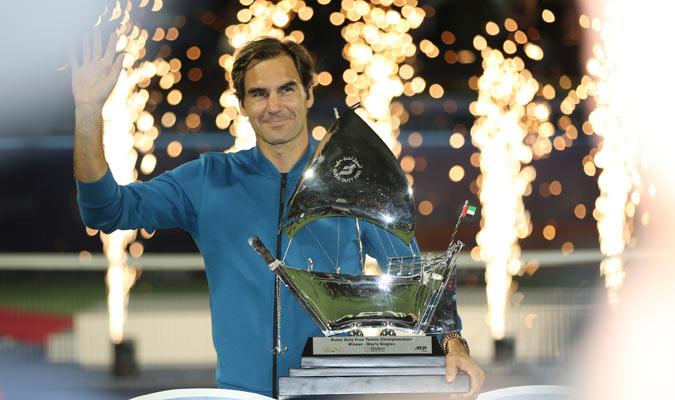 El suizo recibió este especial trofeo por todo lo alto/ Foto AP