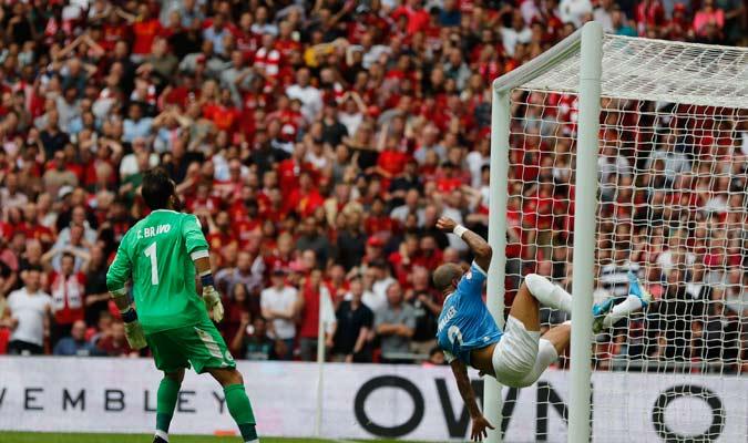 Walker hizo una chilena para sacar un gol cantado de los reds/ Foto AP