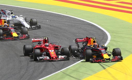Momento del choque entre Raikkonen y Verstappen /Foto AP