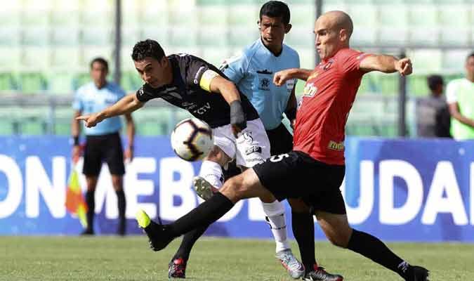 Andreutti se fajó en el mediocampo / Foto: EFE
