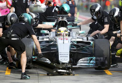 Mecánicos del piloto ingles de Mercedes, Lewis Hamilton, reparan su auto durante la segunda sesión de prácticas para el Gran Premio de Australia en Melbourne / Foto:AP
