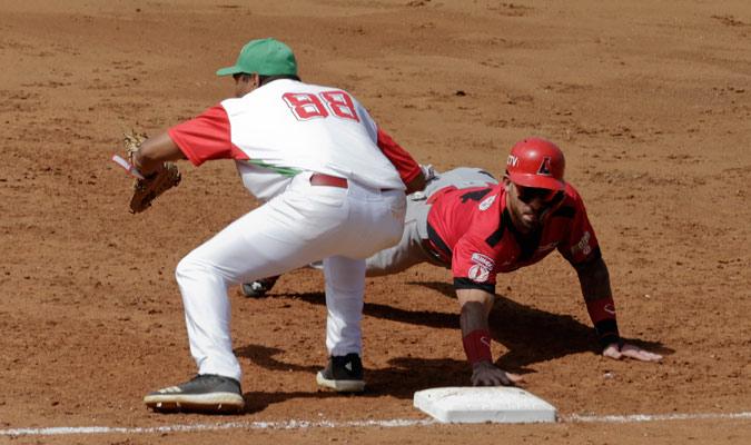 Ravelo evitando ser out en primera/ Foto AP