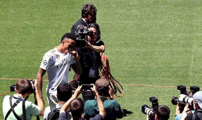 El defensor disfrutó de su llegada al Santiago Bernabéu / Foto: EFE