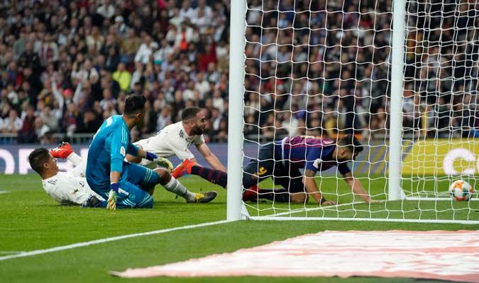 Varane fue el autor del autogol que puso el segundo en la cuenta del Barça/ Foto AP