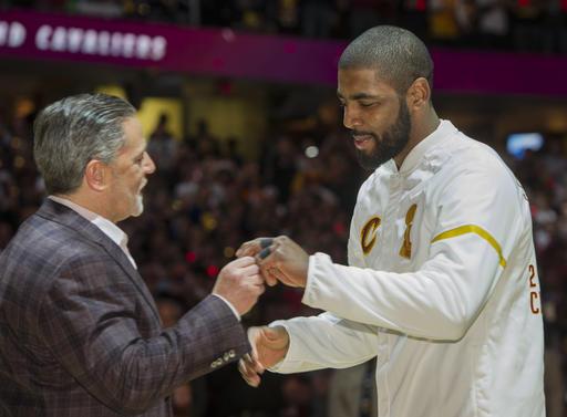 Irving recibiendo su anillo /Foto AP