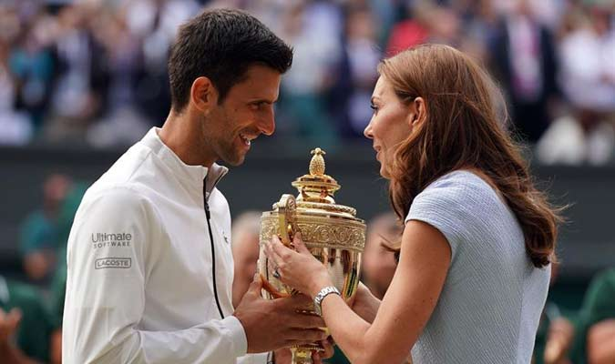 El tenista recibió el trofeo / Foto: EFE