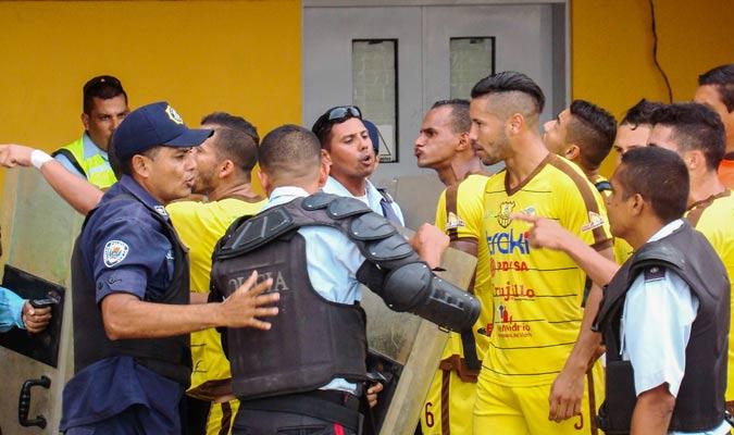 Jugadores de Trujillanos se enfrentaron a la Policía Regional | Foto: Rafael Araujo