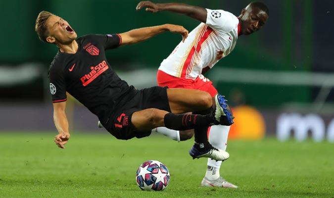 Marcos Llorente fue marcado por Amadou Haidara (D)