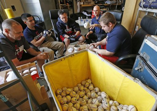Las pelotas también son sometidas a preparación /Foto AP