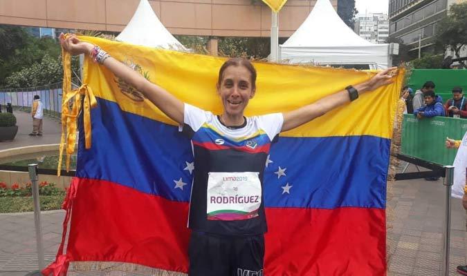 La maratonista posó con la bandera criolla / Foto: Carlos Domingues