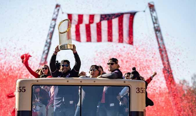 Una bandera fue desplegada en el desfile / Foto: AP