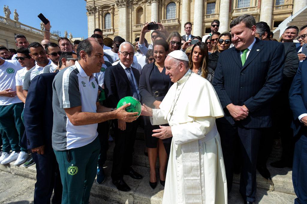 El Papa Francisco recibe el regalo /Foto AP