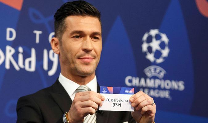 El ex futbolista mostrando el papel del Barcelona/ Foto AP