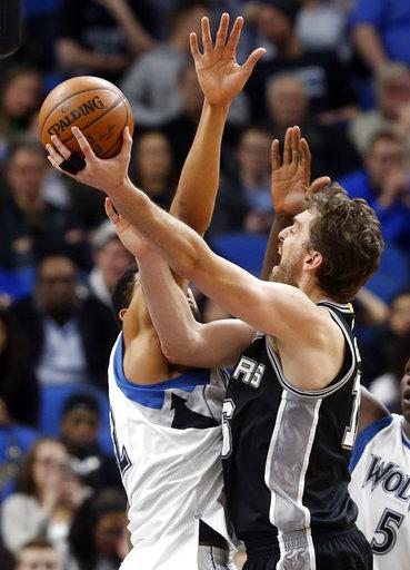 El español Pau Gasol de los Spurs de San Antonio destaca esta semana en la NBA, el equipo de Texas venció 100-93 a los Timberwolves de Minnesota, partido realizado en Minneapolis.