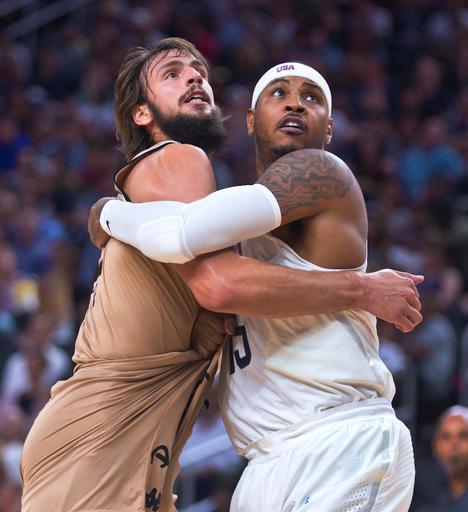 Carmelo Anthony pelea el rebote con Nicolas Delia /Foto AP