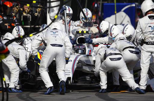 Cambiando los neumáticos /Foto AP