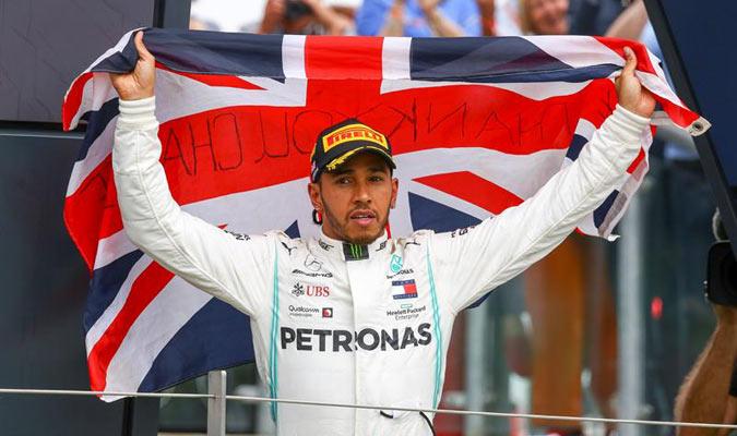 El británico exhibió la bandera de su país / Foto: EFE