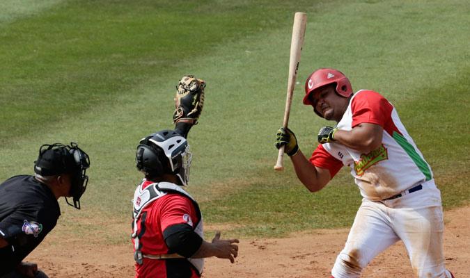 Benítez esquivando una bola rápida/ Foto AP