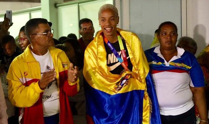 Llegó exhibiendo la bandera tricolor en sus hombros / Foto: Edixon Gámez