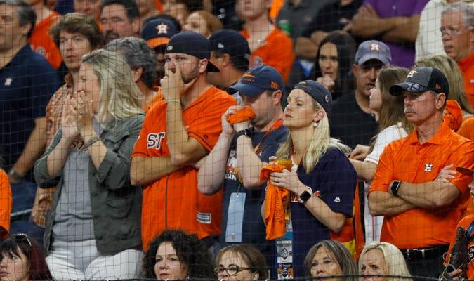 El publico de Houston lamenta la derrota de su equipo/ Foto AP