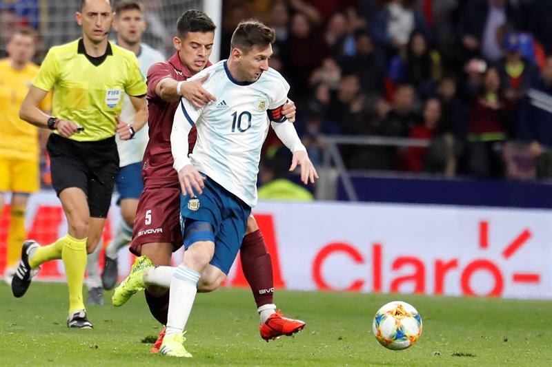 El delantero de la selección de Argentina Leo Messi (d) lucha con Júnior Moreno, de Venezuela, durante el encuentro amistoso que disputan esta noche en el estadio Wanda Metropolitano, en Madrid/ Foto: EFE