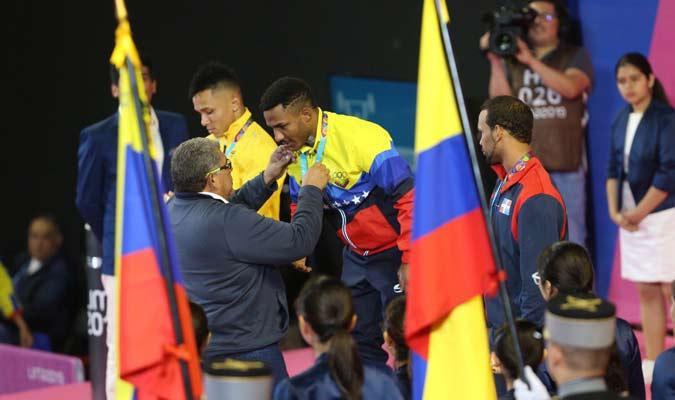 Eduardo Álvarez le entregó la medalla / Foto: Punto Olímpico