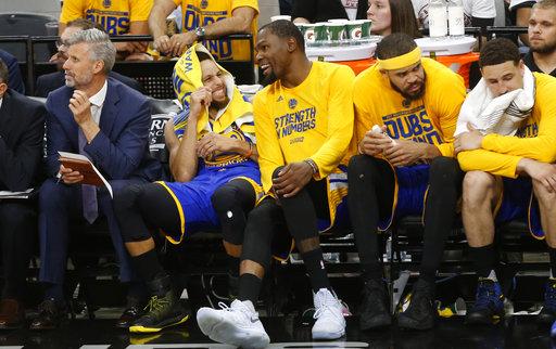 Curry y Durant bromean durante un encuentro /Foto AP