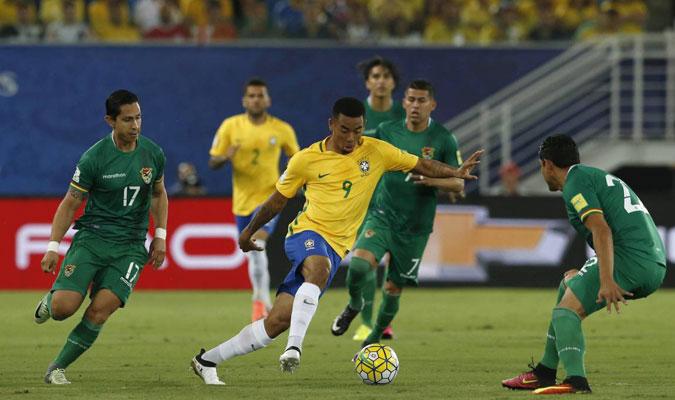 Gabriel Jesús encara a la defensa boliviana en el triunfo 5-0 en la ciudad de Natal