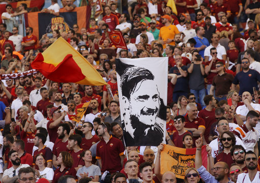 La afición tuvo varios gestos con Totti  /Foto AP