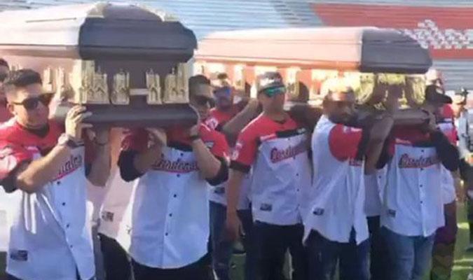 Los ataúdes siendo llevados en el estadio/ Foto Twitter