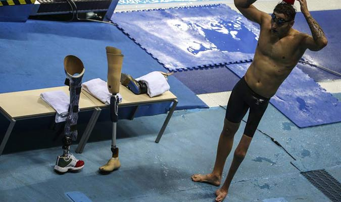 El atleta James Crisp de Reino Unido participa hoy, domingo 11 de septiembre de 2016, durante la competencia de natación 200 m SM9 / EFE