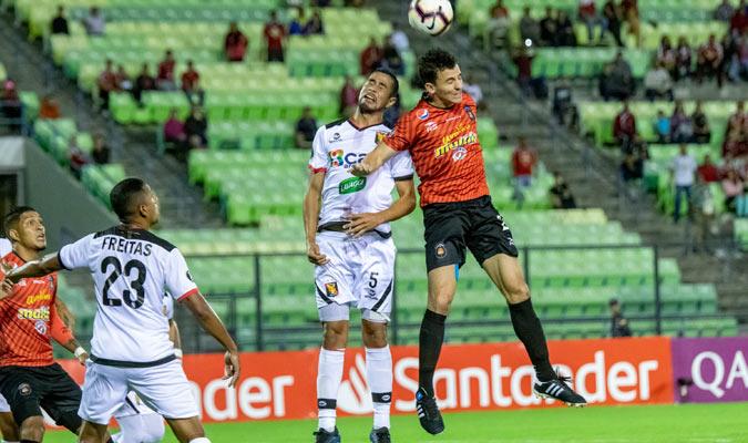 Añor defendiendo un balón aéreo/ Prensa Caracas FC