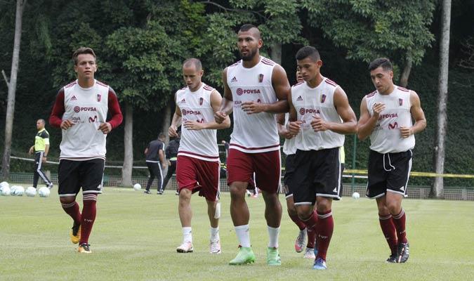 La selección inició su entrenamiento con un leve trote para entrar en calor   Foto Alberto Torres