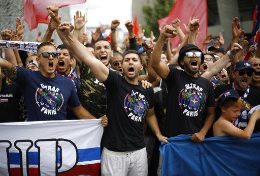 Los aficionados celebraron a lo grande la llegada de Neymar /Foto AP