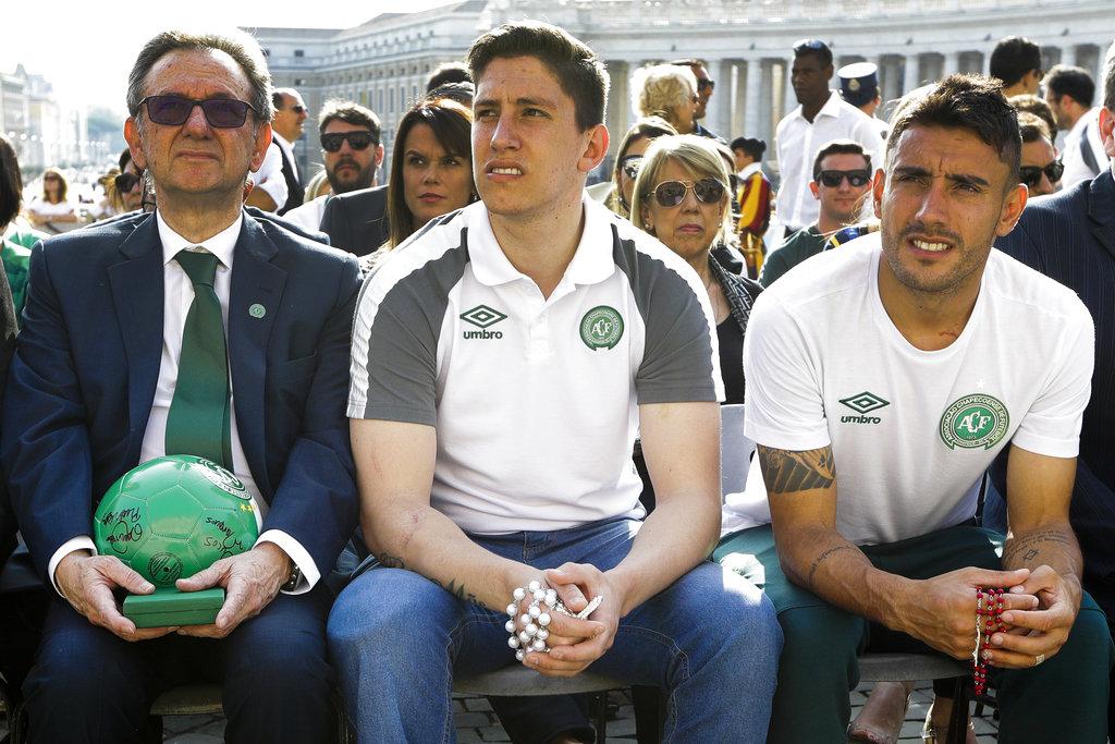 El presidente del equipo, Plinio Davide De Nes Filhom junto a  Jackson Follmann y Alan Ruschel /Foto AP