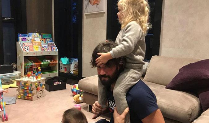 Alisson juega con sus pequeños en casa/ Foto Cortesía