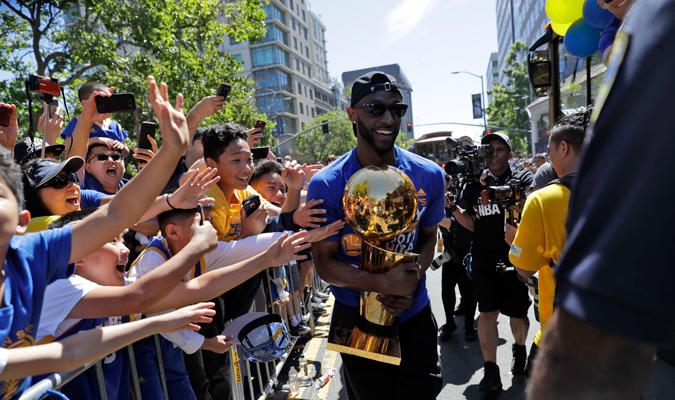 Los Warriors le entregaron el trofeo a sus seguidores / Foto AP