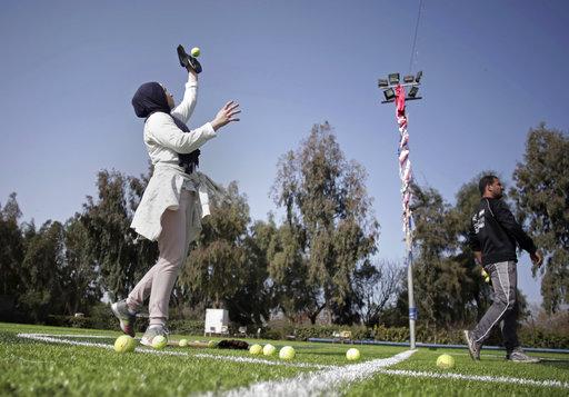 Para el juego femenino en Gaza las jugadoras no pierden sus raíces y se destacan en el deporte luciendo sus hiyabs / Foto: AP
