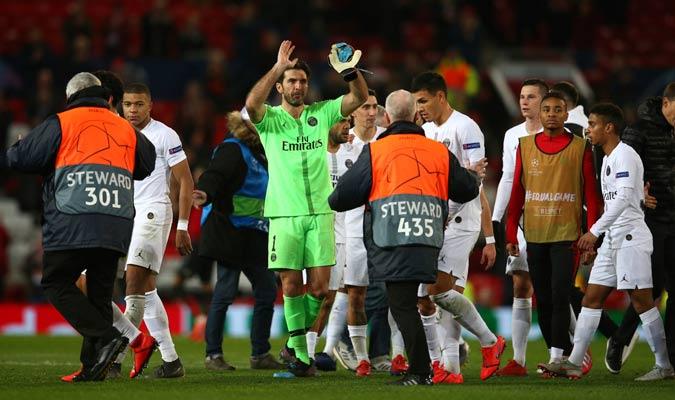 El equipo francés celebrando el triunfo conseguido en Old Trafford/ Foto AP