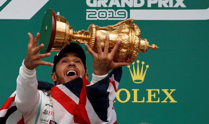 Hamilton alzó el trofeo / Foto: EFE