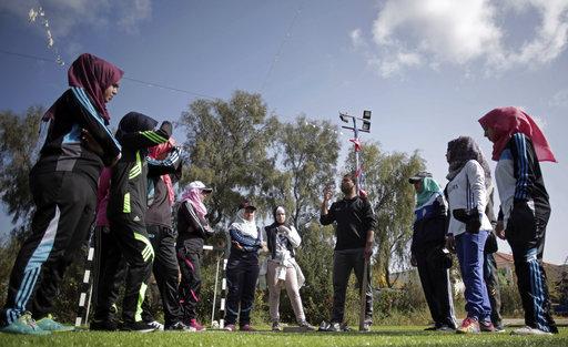 El equipo femenino recibiendo instrucciones de su coach oriundo de Palestina Mahmoud Tafesh. El objetivo del grupo de mujeres con este  entrenamiento es tratar de llevar el béisbol a Gaza / Foto: AP