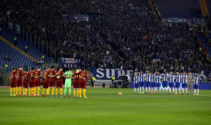 Los dos equipos dedicaron un minuto de silencio por Sala/ Foto AP